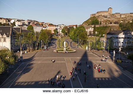 france-hautes-pyrenees-lourdes-crowned-statue-and-rosary-square-castle-ecj616